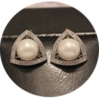 E936 - Simple pearl triangle geometric earrings
