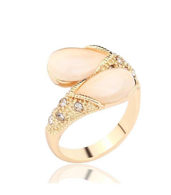 R135 - teardrop-shaped white diamond ring