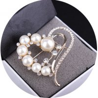 SB121 - Pearl love diamond-studded Brooch